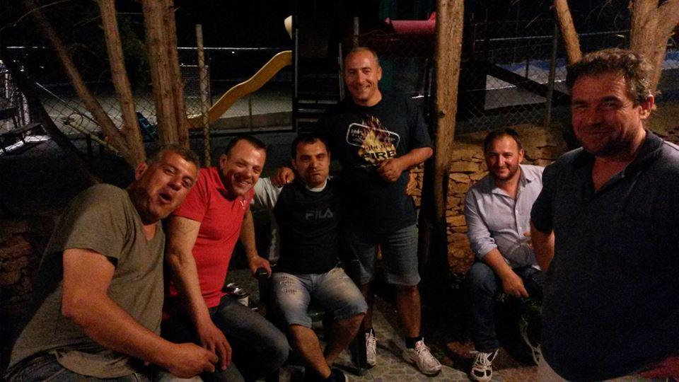 Συναντήσεις αντρών γύρω από τη ψησταριά!